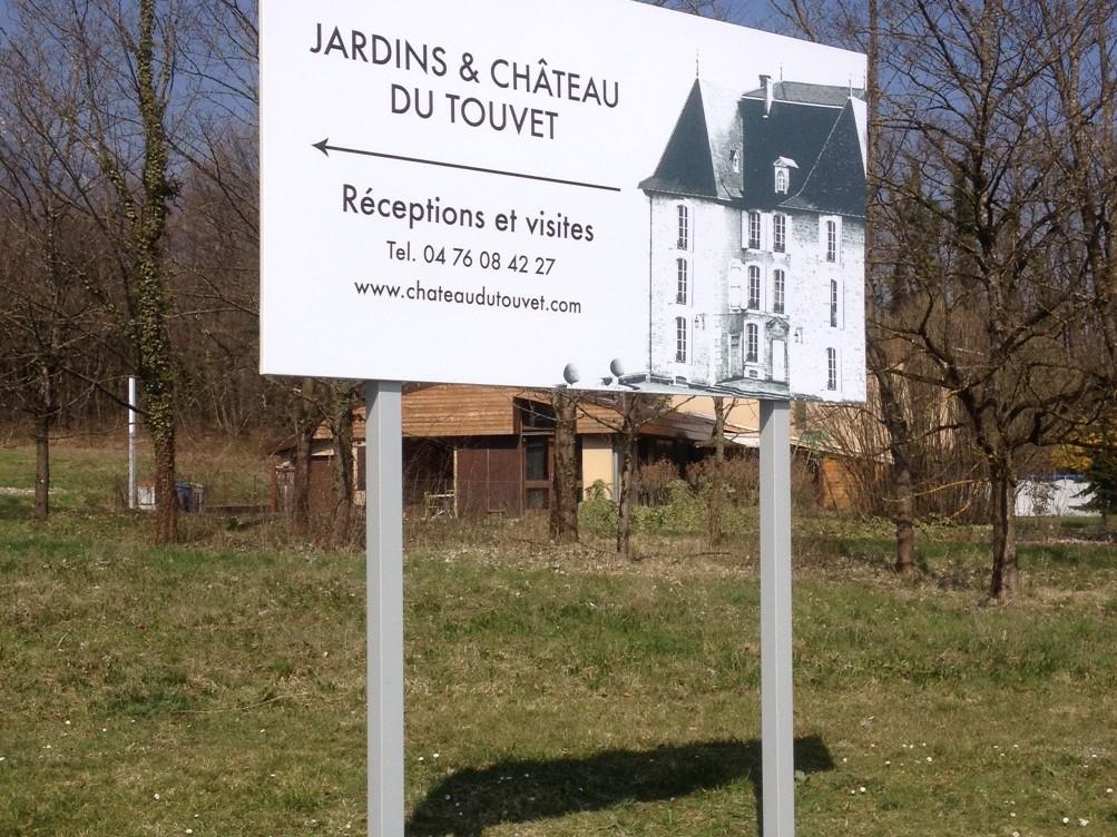 panneau-exterieur-flechage chateau du touvet réalisation impression pub grésivaudan isère 38