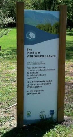 Décret SABF Grenoble enseigne bois plaque-totem-pubgresivaudan-grenoble-siere-signalétiqueexterieur