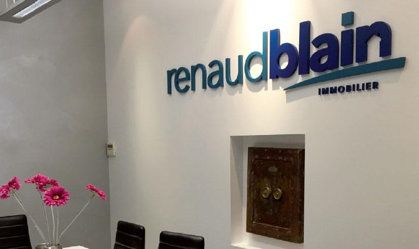 Renaud Blain SIGNALÉTIQUE EXTÉRIEURE SIGNALÉTIQUE INTÉRIEURE ENSEIGNE MARQUAGE VÉHICULES EVENEMENTIEL DÉCORATION / VITROPHANIE GRAVURE pub grésivaudan grenoble