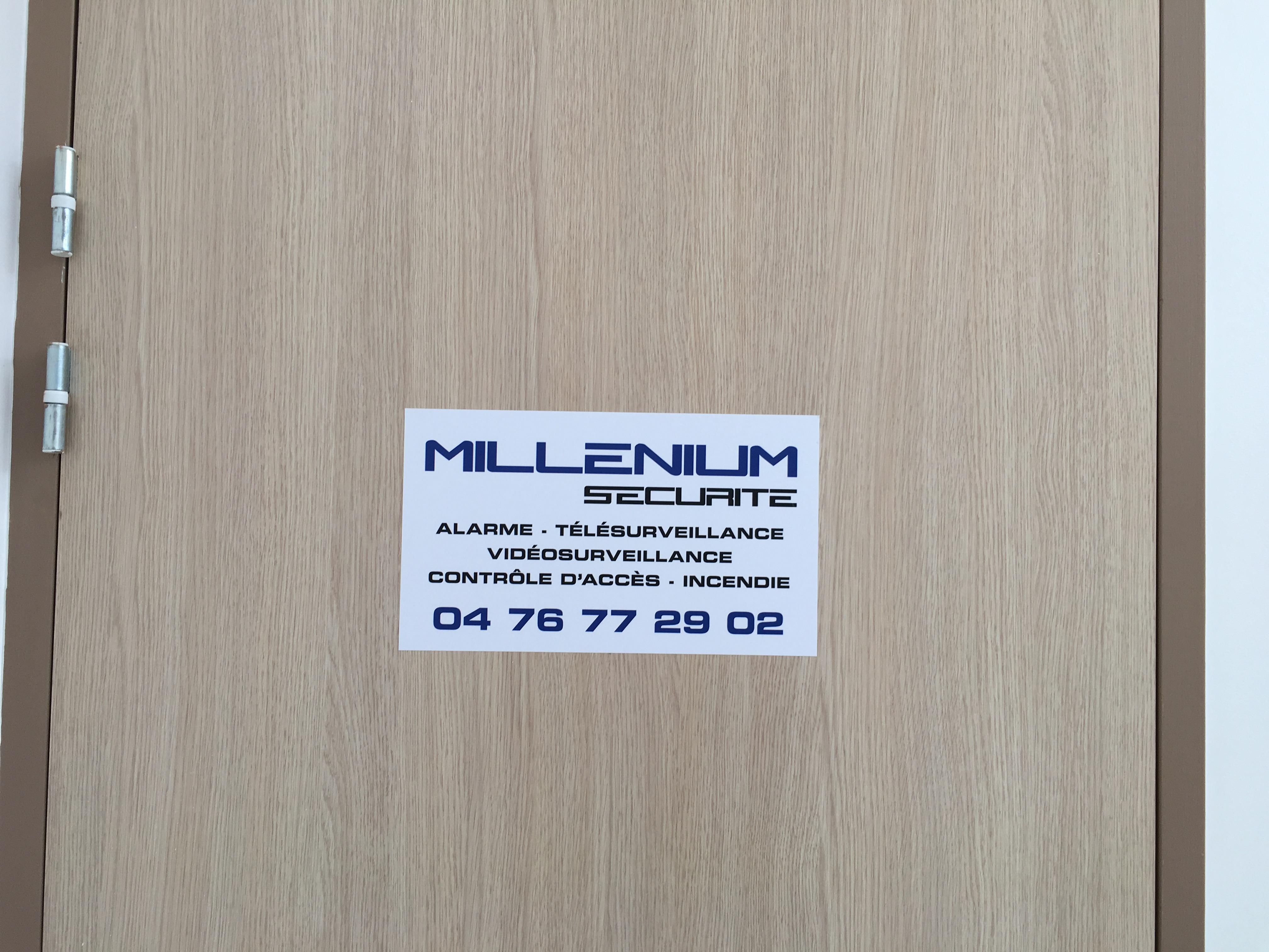 autocollant-plaquedeporte-bureau-milleniumsecurite-pubgresivaudan-crolles